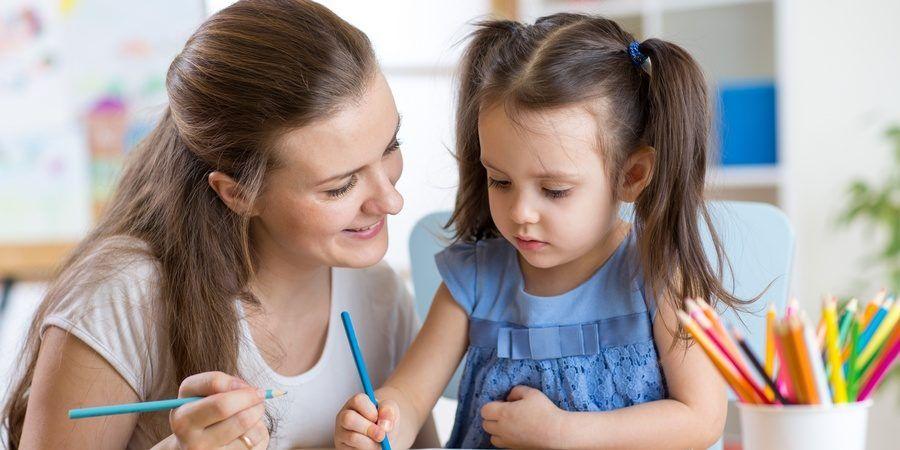 Mama pomaga rysować małej córce