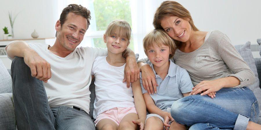 Zdjęcie uśmiechniętej rodziny - rodzice, córka i syn